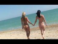 http://xxx-sexnaex.blogspot.com/2014/03/dvije-djevojke-na-pustoj-plazi.html