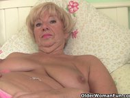 Chubby granny gets her old pus