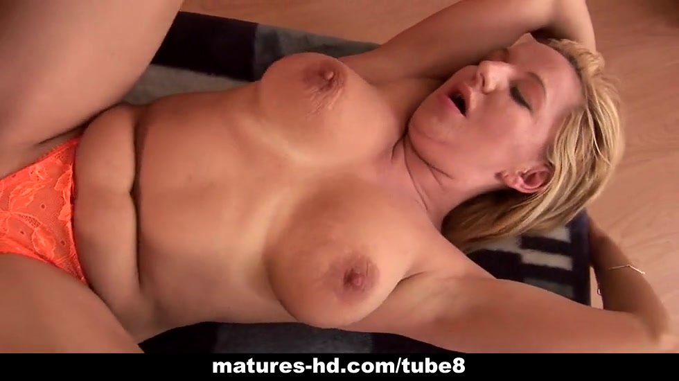 Mature slag Emily gets her pussy boned rough