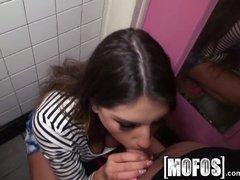 Latina pijpt een grote pik sex in haar mondje en daarna sex in haar natte kutje | Sex film met Wc