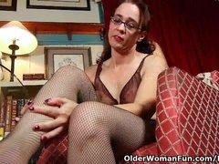 Lingerie huisvrouw ligt op bed te vingeren als haar man komt om haar kont te vullen - vingeren