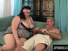 Grote borsten rijpe vrouw met enorme tieten laat haar kutje likken en neukt zijn grote lul met haar hete kale kutje
