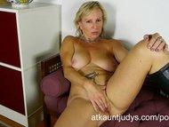 Nicole fingers her wet mature puss to get off.