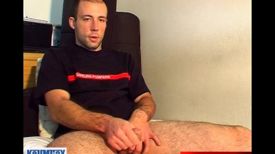Str8 guy get wanked his big cock by a gay guy !