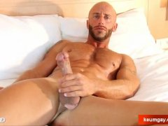 Aym  a muscle dude  gets his very huge cock wanked by me