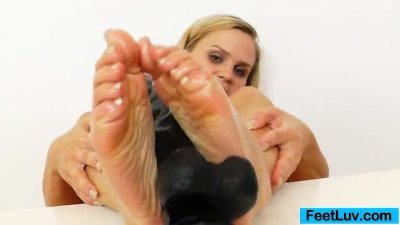Stirring feetjob by a blondie