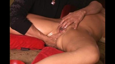 Squirt guru makes MILF gush for amazed audience