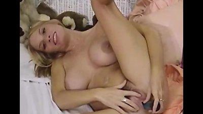 Hot babe Mary masturbates her pussy using dildo