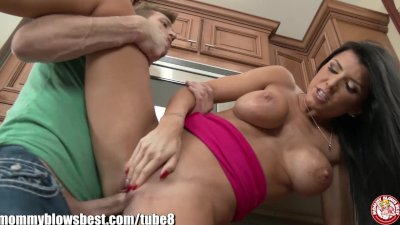 MommyBB Helping stepmom Romi Rain cleaning dishes!